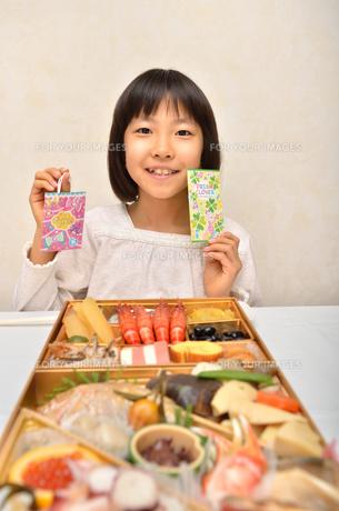 おせち料理と女の子の写真素材 [FYI00625643]