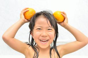 お風呂に入る女の子の写真素材 [FYI00625659]