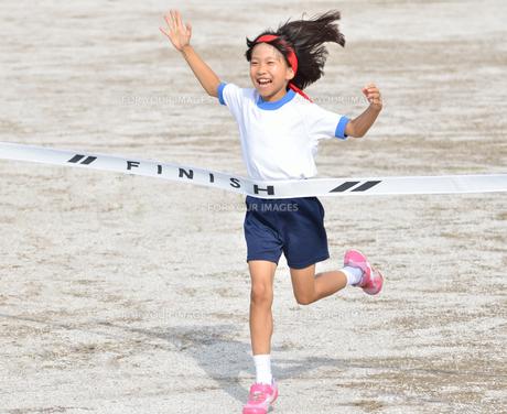 運動会で走る女の子(体操服)の写真素材 [FYI00625663]