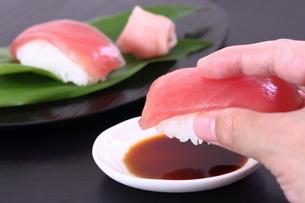 寿司 鮪 食べるの写真素材 [FYI00625804]