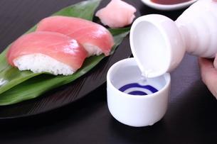 日本酒 寿司 鮪の写真素材 [FYI00625808]