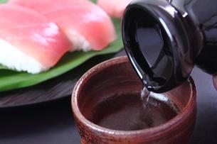 日本酒 寿司 鮪の写真素材 [FYI00625809]