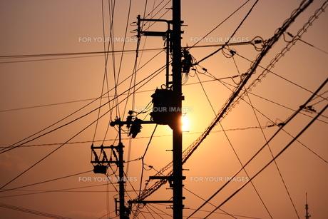 夕焼け空と電線の写真素材 [FYI00626126]