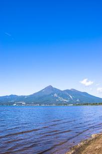 猪苗代湖から見る磐梯山の写真素材 [FYI00626423]