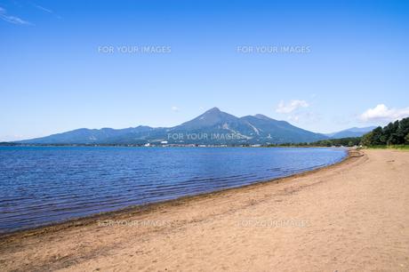 猪苗代湖から見る磐梯山の写真素材 [FYI00626425]