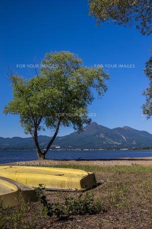 猪苗代湖から見る磐梯山の写真素材 [FYI00626426]