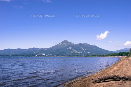 猪苗代湖から見る磐梯山の写真素材 [FYI00626427]