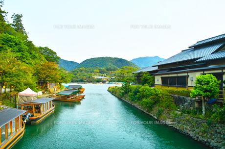 京都嵐山 早朝の遊覧船のある風景の写真素材 [FYI00627012]