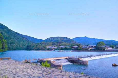 京都嵐山 早朝の桂川堰堤の写真素材 [FYI00627023]
