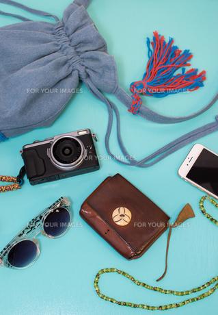 夏の旅行の準備 青背景の写真素材 [FYI00627048]