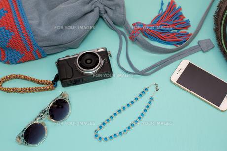夏の旅行の準備 青背景の写真素材 [FYI00627049]