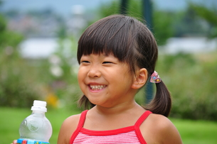 ジュースを飲む女の子の写真素材 [FYI00627286]