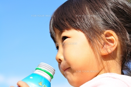 ジュースを飲む女の子の写真素材 [FYI00627294]