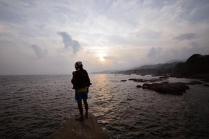 釣り人、地元の案内人と釣り場へ向かうの写真素材 [FYI00627723]