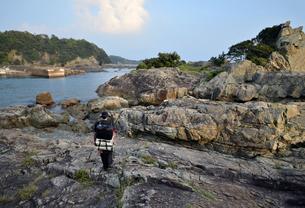 釣り人、地元の案内人と釣り場へ向かうの写真素材 [FYI00627734]