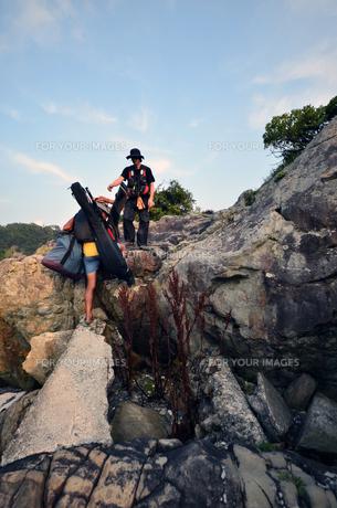 釣り人、地元の案内人と釣り場へ向かうの写真素材 [FYI00627736]