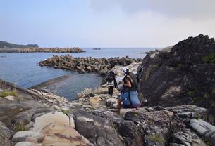 釣り人、地元の案内人と釣り場へ向かうの写真素材 [FYI00627738]