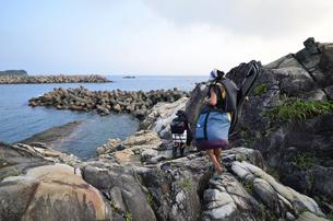 釣り人、地元の案内人と釣り場へ向かうの写真素材 [FYI00627740]