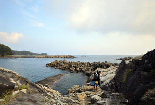 釣り人、地元の案内人と釣り場へ向かうの写真素材 [FYI00627741]