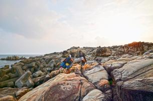 釣り人、地元の案内人と釣り場へ向かうの写真素材 [FYI00627742]
