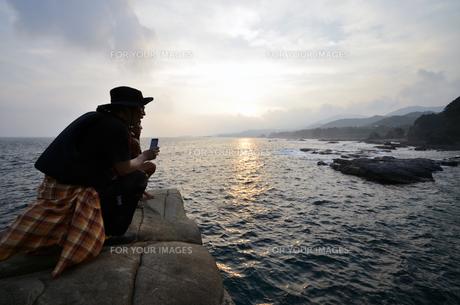 釣り人、地元の案内人と釣り場へ向かうの写真素材 [FYI00627786]