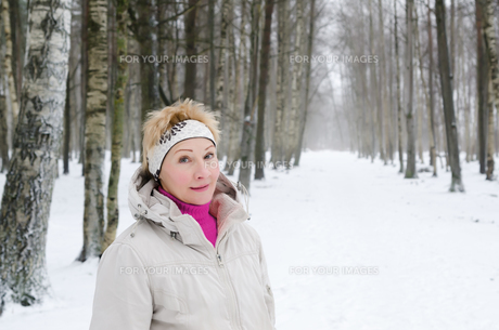 Portrait of a middle-aged woman on the background of a winter alley.の写真素材 [FYI00628201]