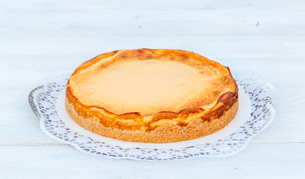 cheesecake on white wood with cake topの写真素材 [FYI00628577]