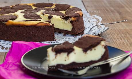 russian chocolate cheesecake served on a plateの素材 [FYI00628771]