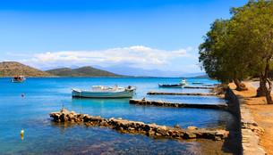 Fishing and pleasure boats off the coast of Crete.の写真素材 [FYI00629551]