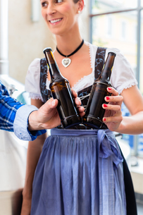 brauer and women encounter in brewery with beer atの素材 [FYI00629646]
