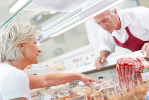Butcher serving a customerの写真素材 [FYI00630398]