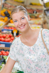 Woman doing her weekly shopの写真素材 [FYI00630399]