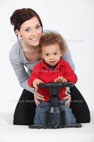 Woman and child playing with a toy steering wheelの写真素材 [FYI00630418]