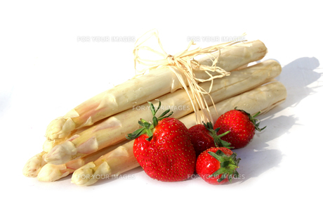 bunch of asparagus and strawberriesの素材 [FYI00630700]