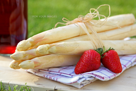 bundle of asparagus,strawberries and strawberry liqueurの素材 [FYI00630704]
