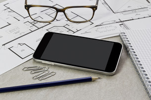 Workplace with mobile phoneの写真素材 [FYI00630717]