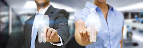 Man and woman using digital interfaceの素材 [FYI00630736]