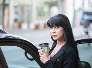 Beautiful Woman Downtown with Coffeeの素材 [FYI00631611]