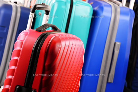 Composition with colorful travel suitcasesの素材 [FYI00631624]