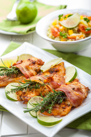 Chicken breast with herbsの写真素材 [FYI00631668]