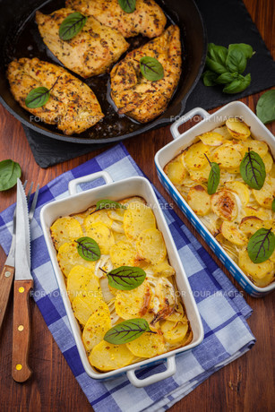 Potato gratin with marinated chicken breastの写真素材 [FYI00631673]