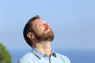 Man breathing deep fresh air outdoorsの写真素材 [FYI00632128]