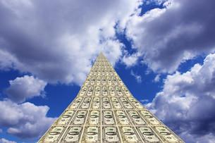 unusual dollar road going away to blue skyの素材 [FYI00632175]