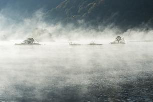 朝もやの秋元湖の写真素材 [FYI00632697]