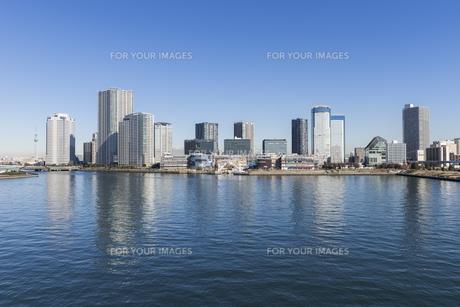 晴海運河と豊洲の街並みの写真素材 [FYI00632921]