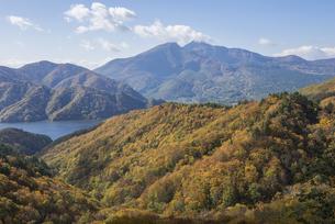 紅葉の秋元湖と磐梯山の写真素材 [FYI00633080]