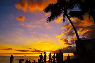 ハワイ ワイキキビーチからの夕日の写真素材 [FYI00633113]