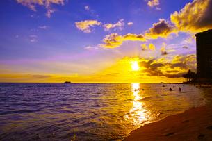 ハワイ ワイキキビーチからの夕日の写真素材 [FYI00633118]