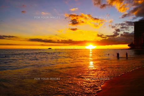 ハワイ ワイキキビーチからの夕日の写真素材 [FYI00633119]