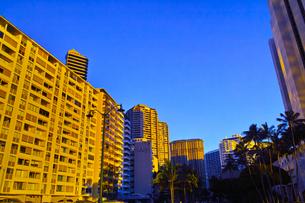 ハワイ 夕日を浴びた高層マンションの写真素材 [FYI00633121]